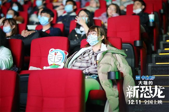 哆啦A梦粉丝带玩偶观影.jpg